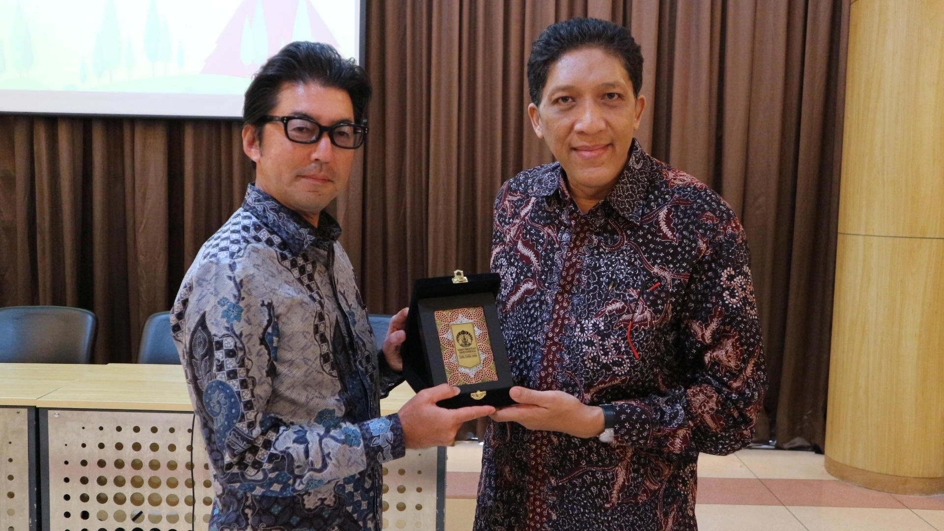 President Director of PT Marubeni Indonesia Mr. Tomofumi Fukuda and Vice Rector of Student Affairs of University of Indonesia Prof. Dr. Bambang Wibawarta, S.S., M.A, during souvenir exchange